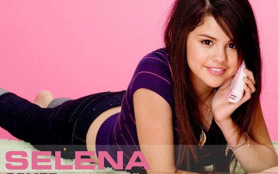 selena_gomez_talking_on_mobile_Fun_Hungama