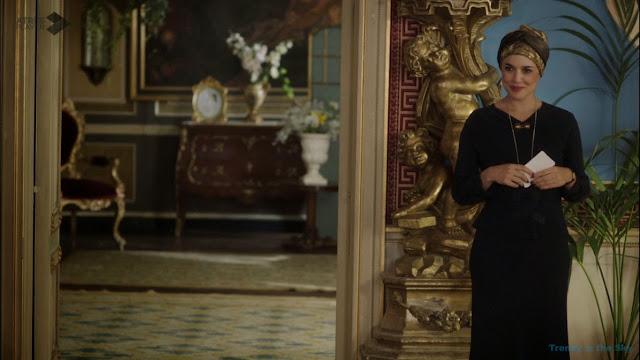 Sira Quiroga blusa y falda azul. El tiempo entre costuras. Capítulo 6