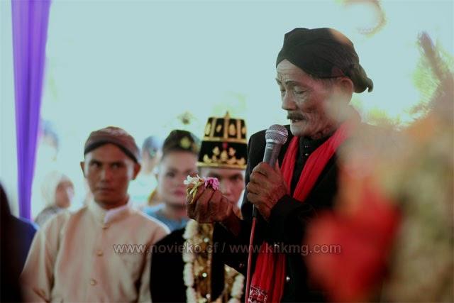 Tradisi Begalan di Pernikahan Nofi & Eko - Ledug, 07 Oktober 2014 | Foto Oleh klikmg Fotografer Cirebon