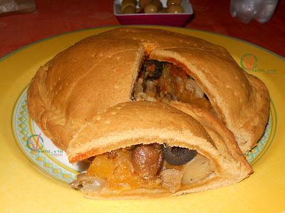 Empanada otoñal con un trozo cortado.