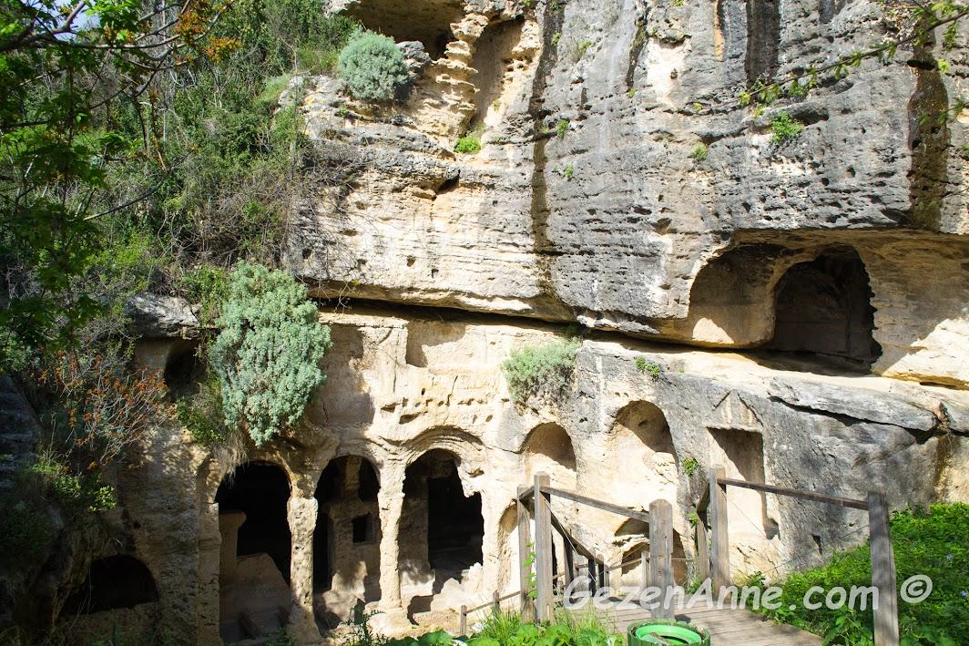 Titüs tüneli yanındaki kaya mezarları, Samandağ Hatay