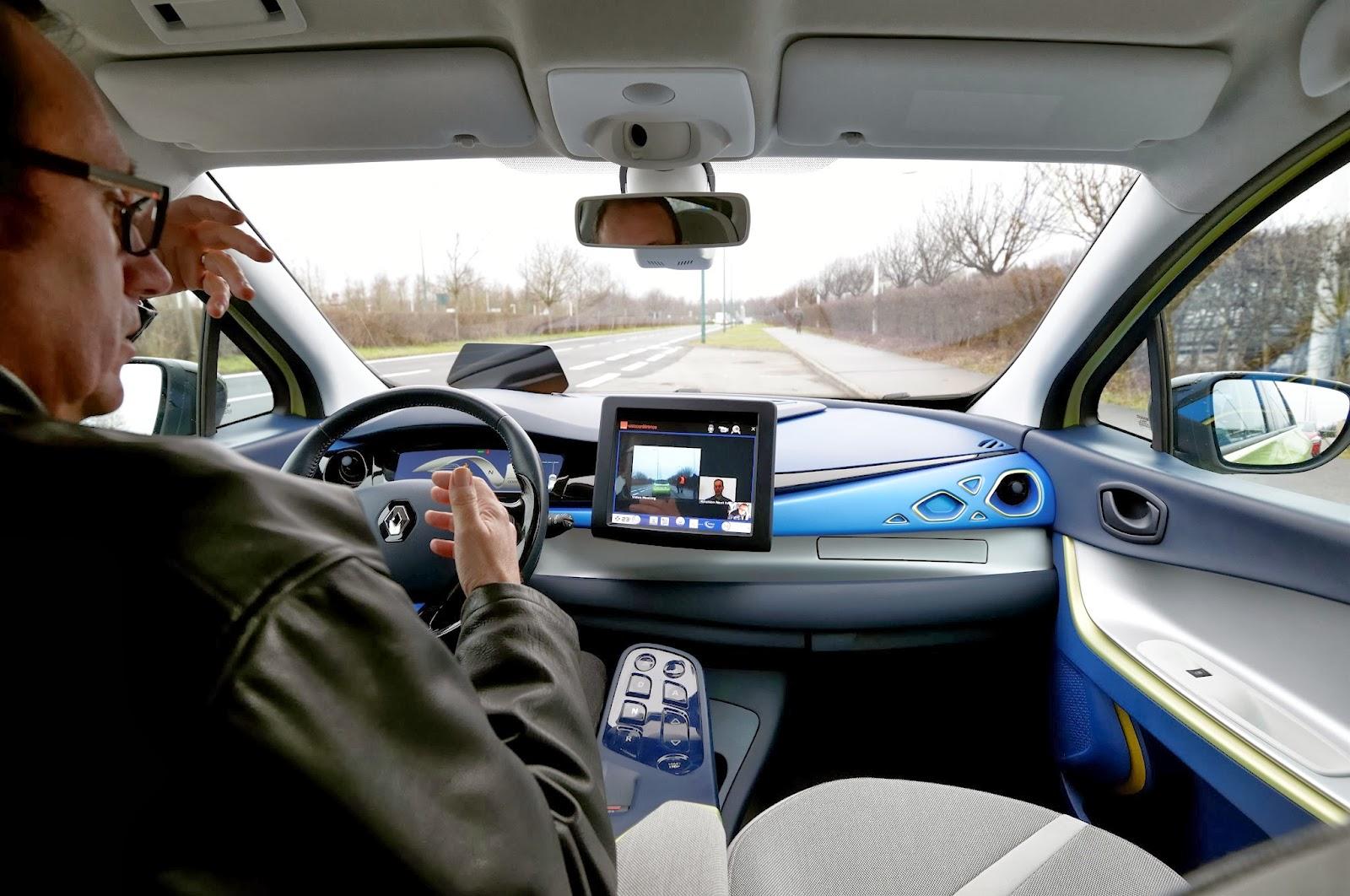 voiture du futur renault next two une approche abordable de la voiture connect e et autonome. Black Bedroom Furniture Sets. Home Design Ideas
