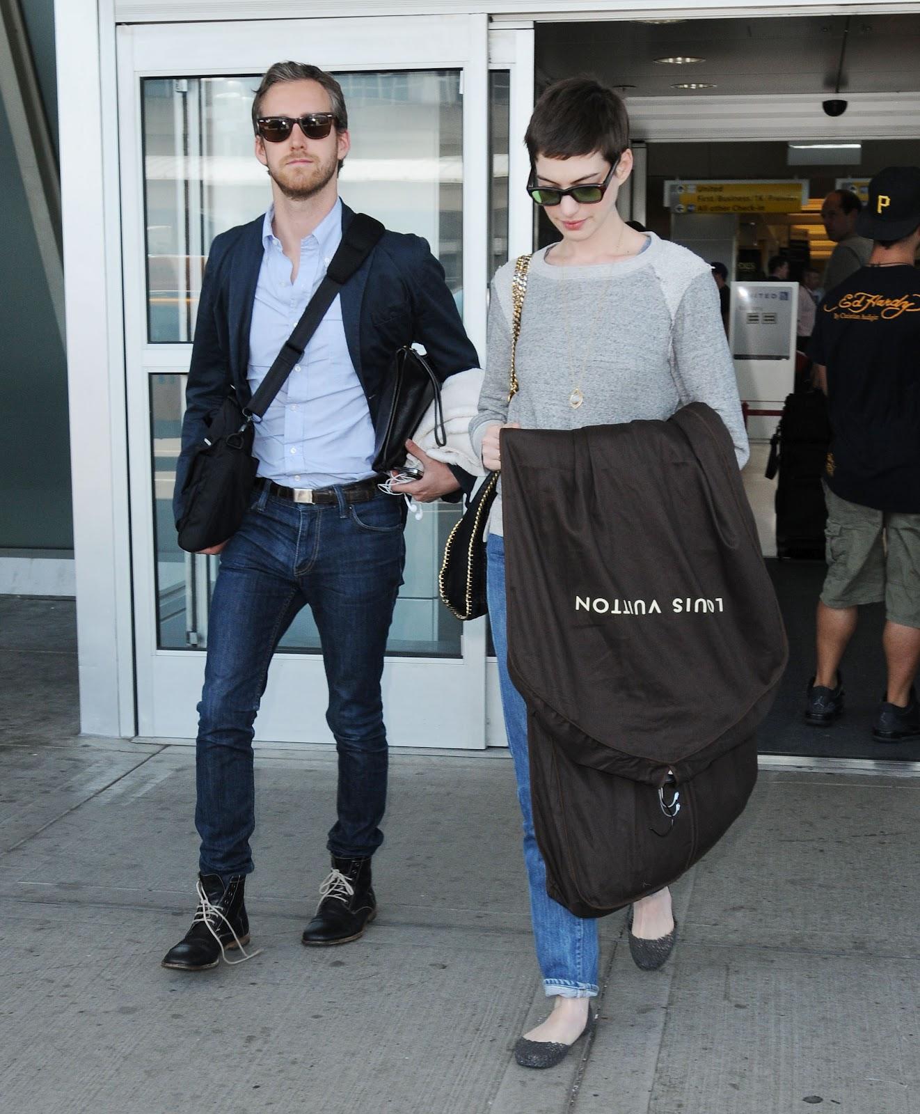 http://4.bp.blogspot.com/-pLfYrnBXiSc/UAG6vs9ALgI/AAAAAAAAK3E/vXcy_TwBIcA/s1600/Anne+Hathaway+Arriving+at+JFK+Airport+July+2012+-04.jpg