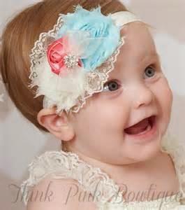 gambar bayi perempuan dan aksesoris rambut biru