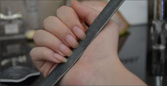 Comment bien mettre son vernis à ongles : lime, application, astuce