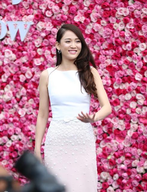 Ngoài váy hở vai, Trần Kiều Ân cũng thường chọn những thiết kế tối giản về kiểu dáng, màu sắc nhưng có điểm nhấn tinh tế.