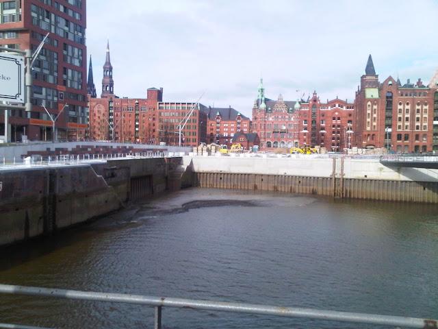 Speicherstadt Hamburg mit Baustelle - Blick in Richtung Innenstadt