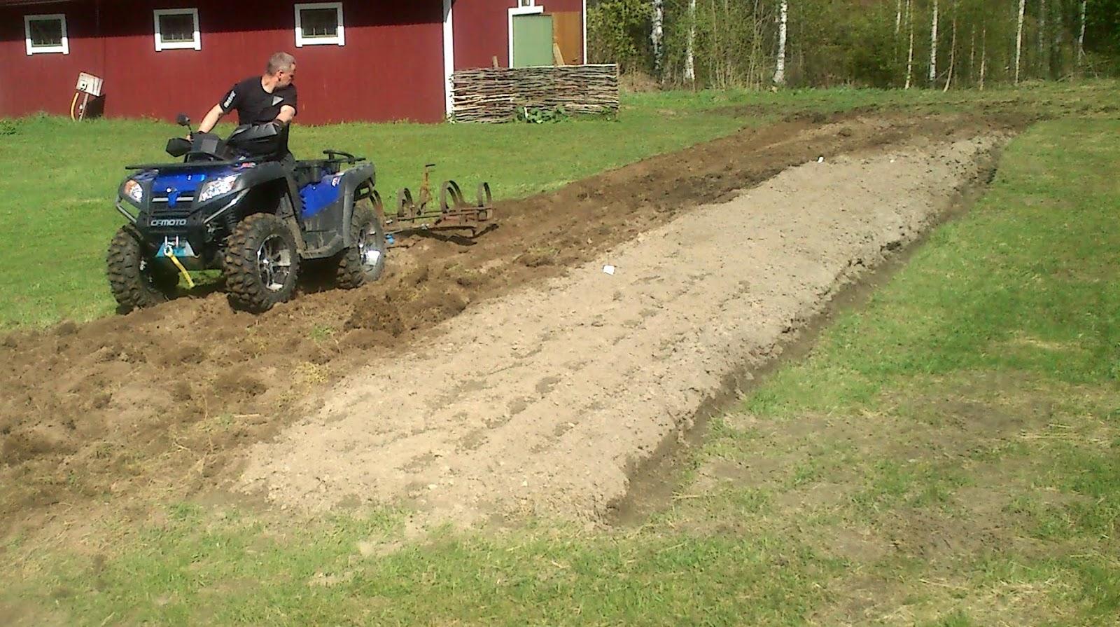 Hästharv, gamla jordbruksredskap, fyrhjuling, självhushåll, småbruk, potatis