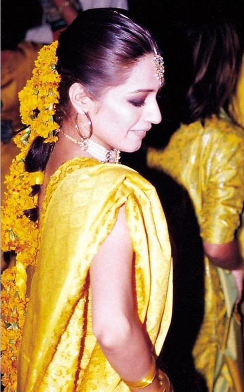 Mehndi Ceremony Hairstyles : Fashion of life style flowers jewelry for mehndi ceremony