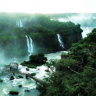 Passarela em meio ao Rio Iguaçu. Parque Nacional de Iguaçu.
