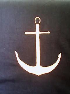 złota kotwica na czarnej koszulce