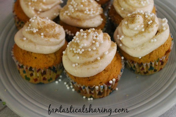 Pumpkin Cupcakes with Cinnamon Buttercream Frosting | If there is anything to celebrate about fall, it's these wonderful cupcakes bursting with pumpkin and cinnamon flavors #SundaySupper #pumpkin