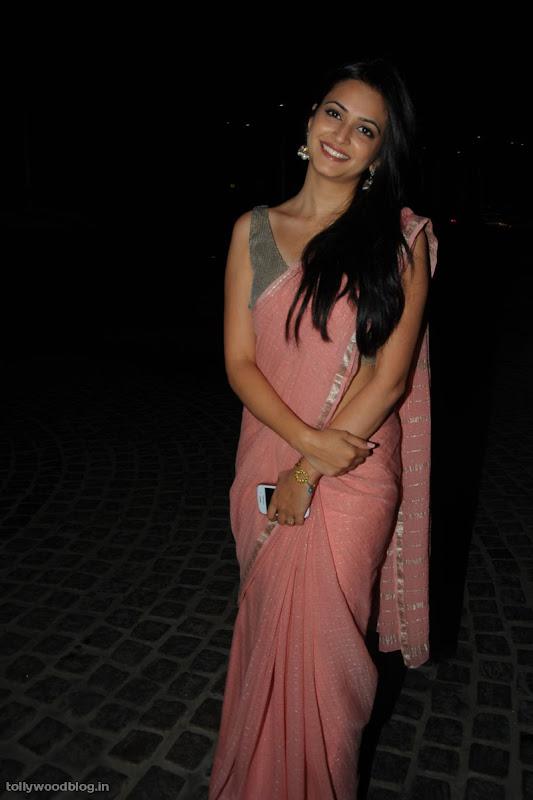 kriti karbanda cute saree photos stills at filmfare south awards navel show