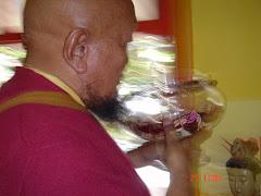 Lama Gangchen abençoa o Centro Tardö Ling e seus praticantes com as relíquias de Budha