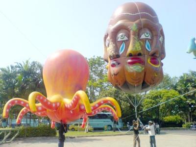 Balon udara karakter cumi-cumi