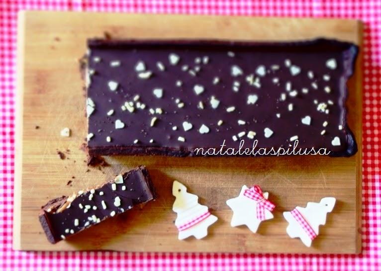 Crostata con base di frolla al cioccolato ripiena di caramello al burro salato e cioccolato fondente