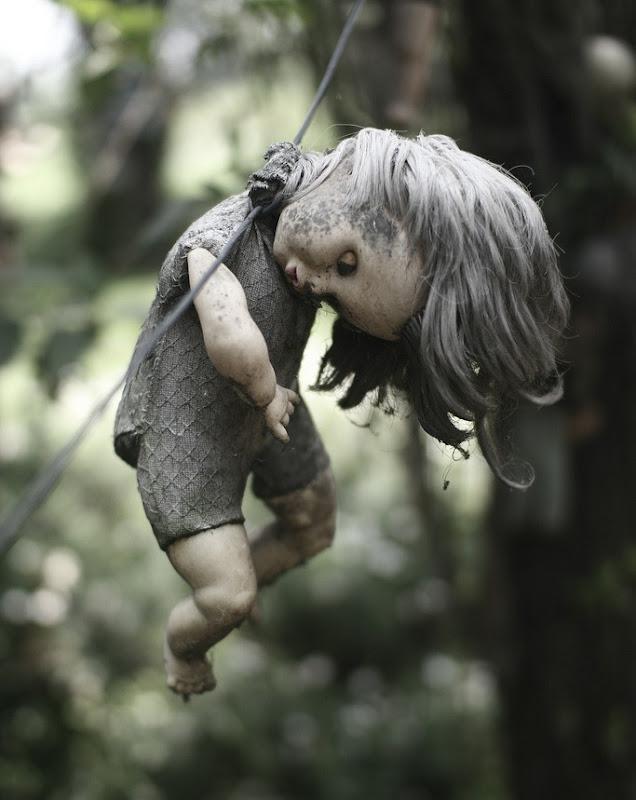 فيلم رعب على أرض الواقع ، في جزيرة الدمي المشوهه .   Island-of-dolls-6%5B11%5D