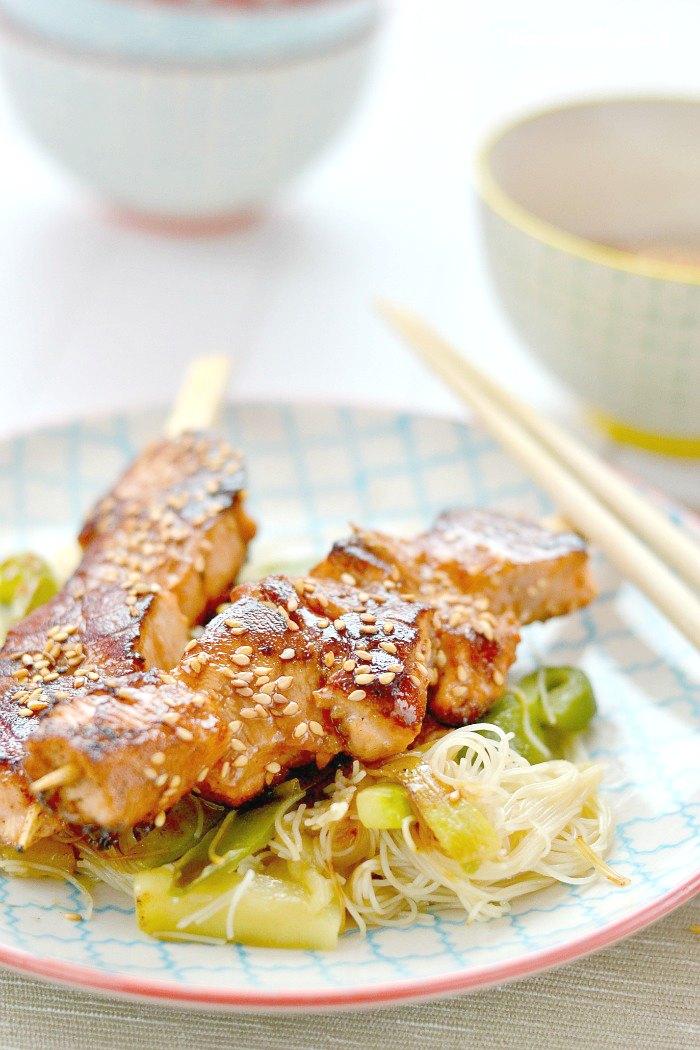 Brochetas de salmón Teriyaki con fideos de arroz salteados con verduras