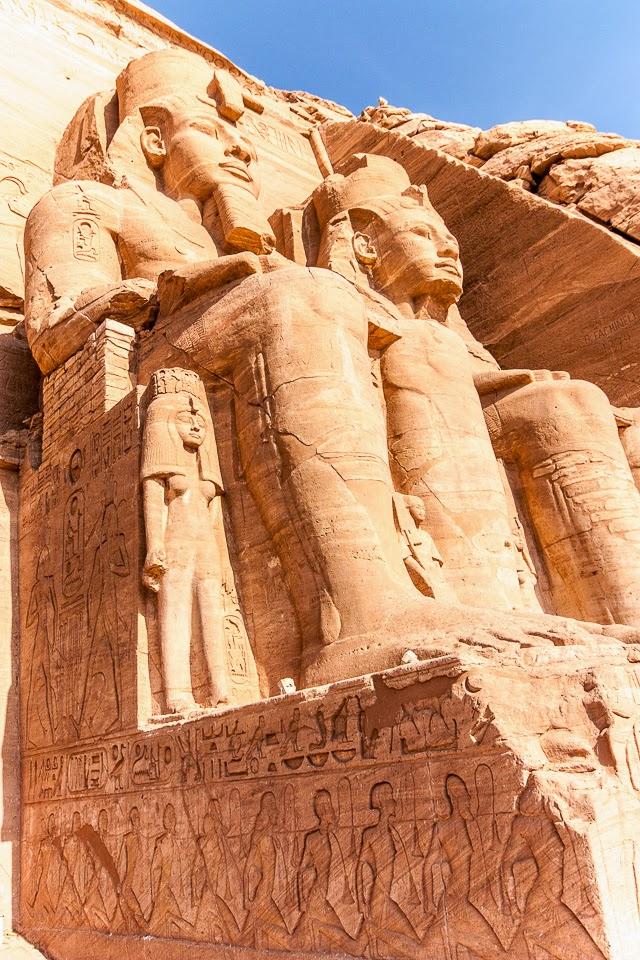 Ramszesz fáraó hatalmas szobrai