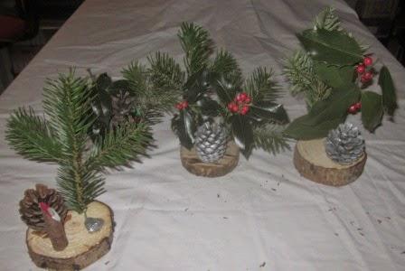 Il faut plusieurs décorations de Noël, des pommes de pin, des boules,  etc. et surtout un pistolet à colle. Chacune à décorer selon son envie