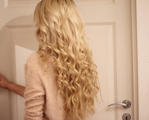 Blonde curvy hair style for women