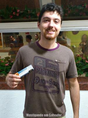 Felipe Espozel com o voucher da Sussa Forneria