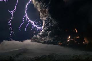 سبحان الله : مشهد رائع يجمع البرق والبركان