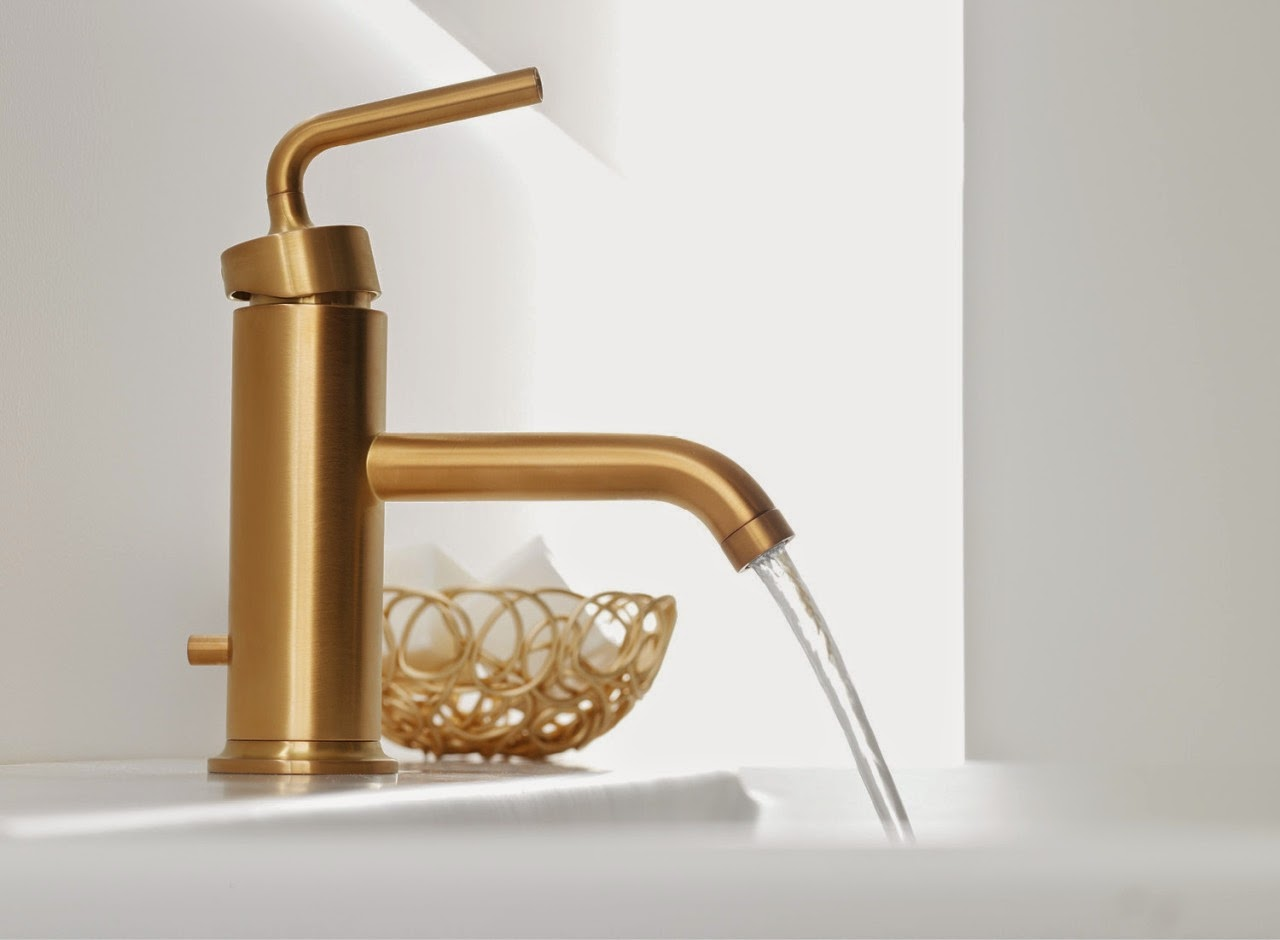 Thiết bị vệ sinh phòng tắm ánh vàng hợp với nền trắng và nền gỗ sang trọng