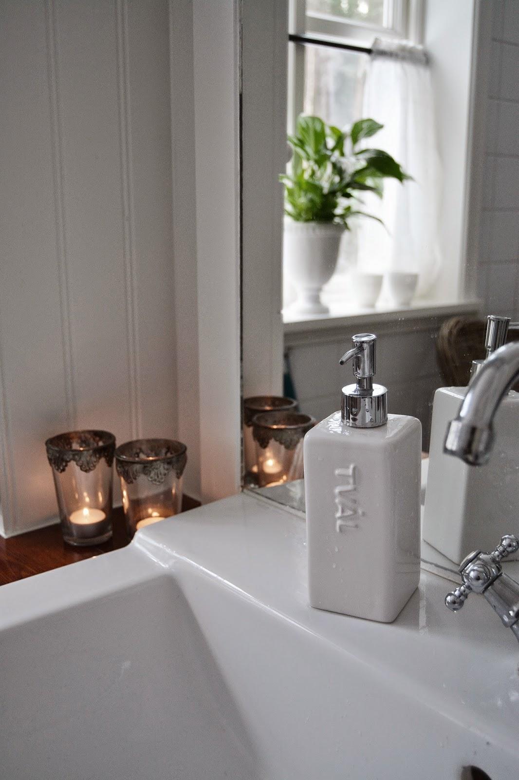 Tre nyanser av vitt: ernst i vårt badrum . . .