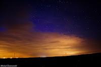 Okolice Śremu, woj. wielkopolskie. Widoczna subtelna purpurowa poświata nad chmurami w prawej części kadru przechodząca w niebieskie barwy górnej części zorzy w środkowej części kadru - w podobnym wydaniu zjawisko zostało sfotografowane z wielu innych zakątków świata, również z półkuli południowej. Credit: Michał Żarnowski
