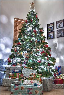 Celebrity baby news arbol de navidad con muchos regalos - Arboles decorados de navidad ...