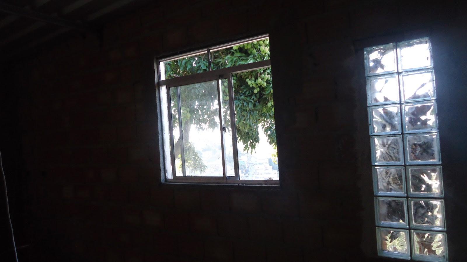 Visão externa dos tijolos de vidro da sala. #4D647E 1600 900