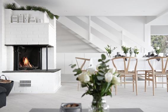 salón con chimenea en una casa de marcado estilo minimalista