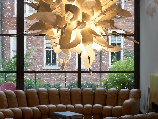 DeSede Sofa mit Ingo Maurer Pendelleuchte und LED-Fensterglas-Beleuchtung