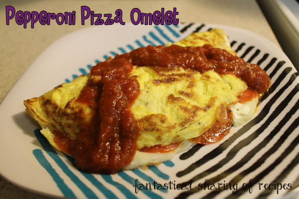 Pepperoni Pizza Omelets - pizza for breakfast or the best brinner ever, you decide! #breakfast #eggs #pizza #recipe