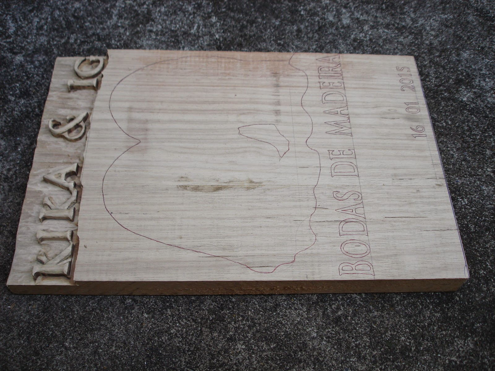 placas entalhadas em madeira