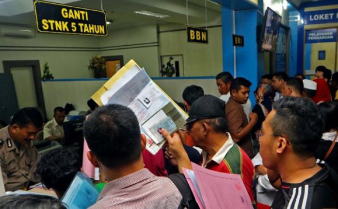 Ratusan Warga Medan Padati Kantor Samsat Medan Utara