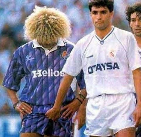 smešne slike: štipanje za jaja tokom fudbalske utakmice