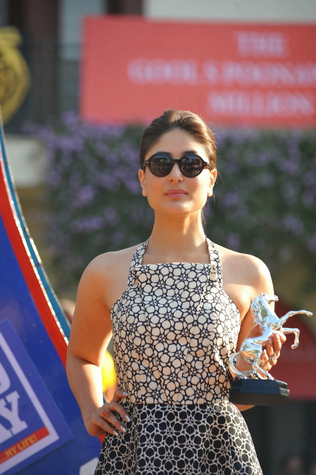 http://4.bp.blogspot.com/-pTD7S9x0--g/Ut0-hse3pgI/AAAAAAABofI/K1sLwrb3m3U/s1600/Kareena+Kapoor+and+Tushar+attends+the+Mid-Day+races++(10).JPG