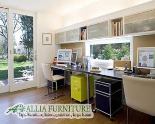 Ruang kerja di rumah dengan cahaya alami