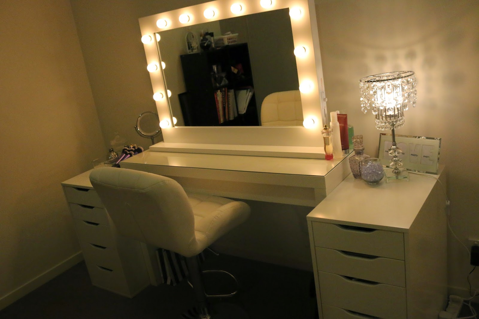 Lighted vanity makeup mirror