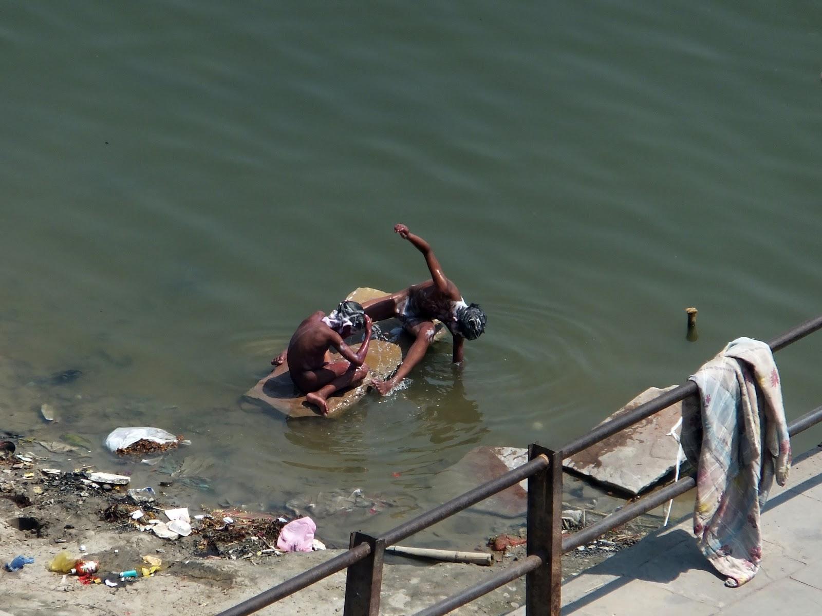 индийские дети моются в реке
