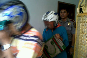 Polisi menggiring pasangan mesum ke Polsek Tanjungkarang Barat, Bandar