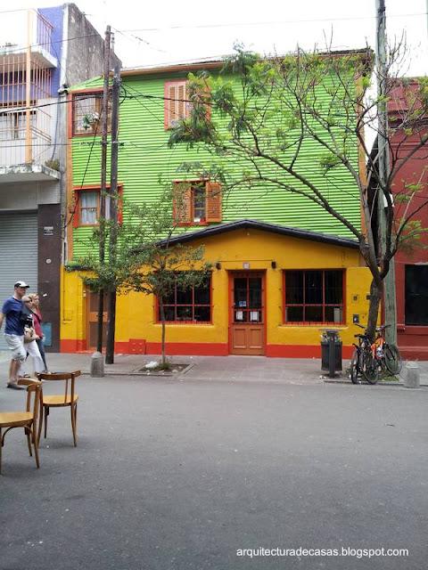 Frente de casas en el barrio de La Boca en Buenos Aires