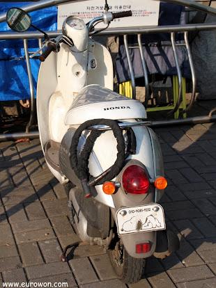 Moto coreana con matrícula de Snoopy