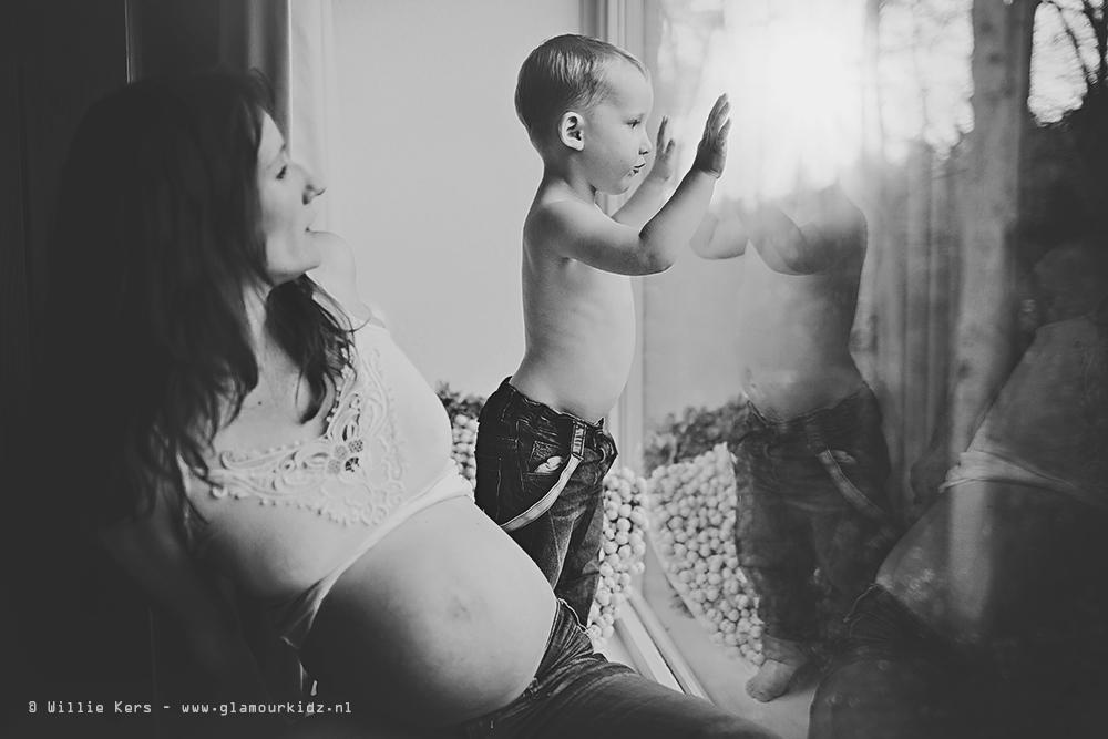 zwangere vrouw in apeldoorn krijgt een lifestyle fotoreportage met kind door professionele fotograaf