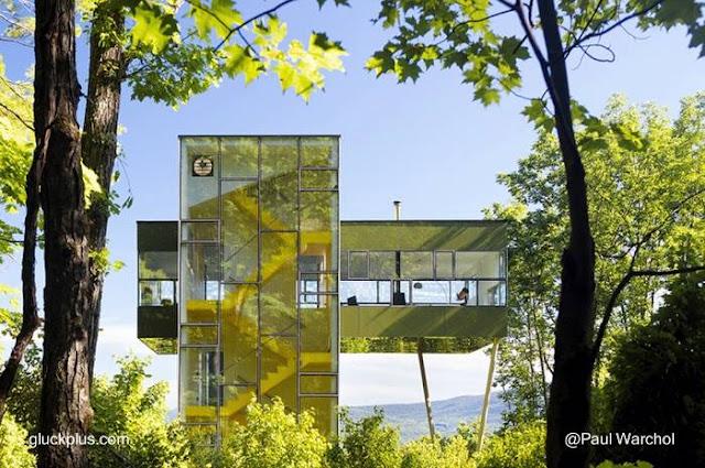 Casa moderna con forma de torre vidriada