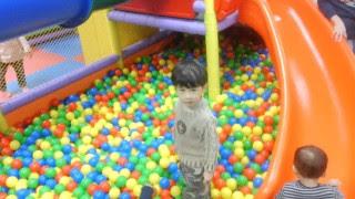 Emmerder son gamin dans une piscine à boules