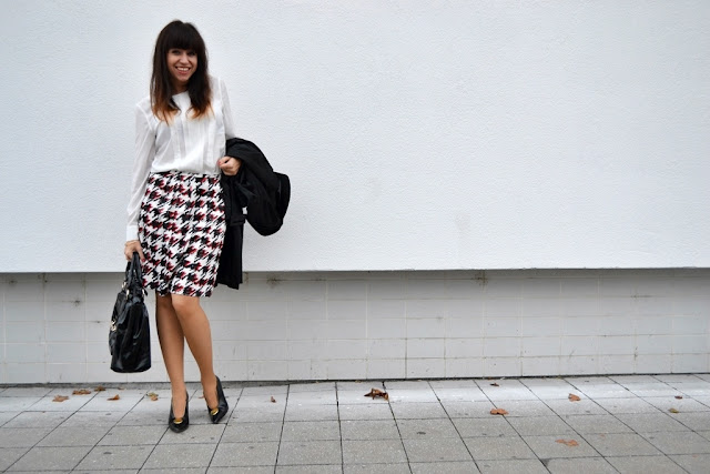 Ako kohút naháňa sukňu_Katharine-fashion is beautiful_Kohútia stopa_Business look_Čierne lakované lodičky_Katarína Jakubčová_Fashion blogger
