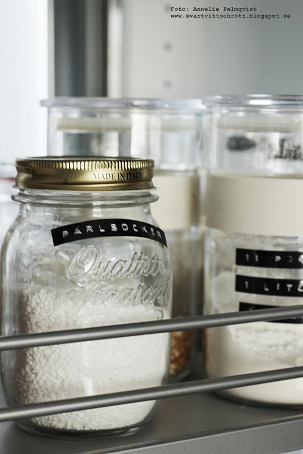 skafferi, dymo, kök, glasburkar, burkar, nytt kök, köksskåp, fördelar, utdragbara skåpsluckor, hth kök, hth varberg, grått, svart och vitt, skafferidel, skafferiet,